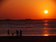 Me perdi no que era real e no que eu inventei (Lívia.Monteiro) Tags: sunset people orange beach