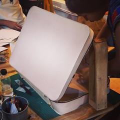 งานยากทั้งครูกัซและนักเรียนก็บ่ยั่นครับ งานกระเป๋าเดินทางคลาสสิคๆอยากทำก็ได้ทำฮะ #craftsmangus #livefromclassroom #สดจากคลาสเรียน #เย็บมือ #bold1 #classic #briefcase #travellingbag #overnightbag #handstitch