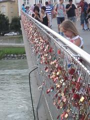 Candados en el Puente Makartsteg, Salzburgo, Austria (Pablo F. J.) Tags: bridge tourism ro lockers river puente moda locker osterreich estupidez candados turismodemasas riesgoparaelpatrimonio heritagehazard