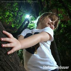 Catharina (Stefan Lambauer) Tags: catharina kid criana infant rvore menina nature night nightshot tree arbour happy brasil brazil stefanlambauer