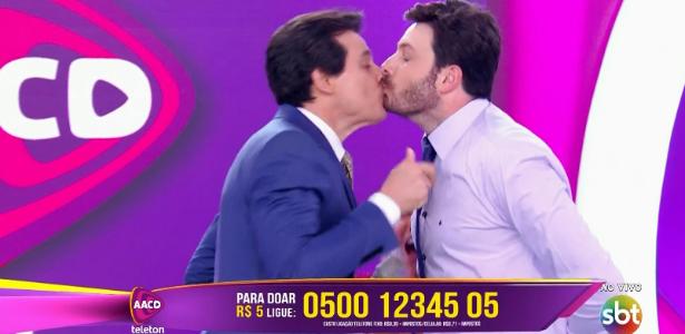 Danilo Gentili e Celso Portiolli dão selinho após desafio no Teleton