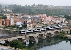 CRUZANDO EL RIO (Andreu Anguera) Tags: tren regionalexpress rexpress18071 zaragoza mirandadeebro puente rioebro burgos castillayleón andreuanguera