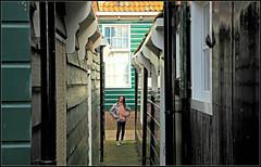 """""""Eva joue  cache-cache"""" Le village de Marken, Waterland, Nederland (claude lina) Tags: claudelina nederland netherlands paysbas hollande marken waterland village maisons houses architecture"""