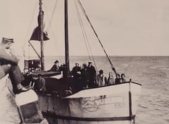 Vlieland - aankomst motorboot Vlieland (Dirk Bruin) Tags: vlieland veerboot motortje motorboot hobbelende geit doeksen rederij kaale bruin steiger overstappen waddenzee ferry badgasten postboot alkmaar packet bosman houten fähre ar386n 1907 nv mij