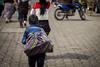 Por el Mercado (sierramarcos14695) Tags: quetzaltenango guatemala minolta rokkor mc sony a58 niño retrato exploracion urbana camino mercado compras bulto carga vida cotidianidades