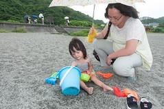 Insisted (Wunkai) Tags: suaotownship taiwanprovince taiwan family ziyiwang drizzling  umbrella shore gravelbeach