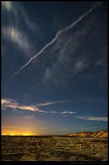 Valle de la luna amarillo y estela de avión