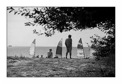 Larmor (Punkrocker*) Tags: contax aria cy yashica 50mm 5014 ml film kodak trix 400 nb bwfp plage beach mer sea boat bateaux people larmor lorient morbihan bretagne brittany france