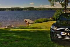 IMG_8010 tonemapped-1 (Andre56154) Tags: schweden sweden sverige see lake auto car fahrzeug vehicle wasser water vw touareg suv ufer himmel wolke sky cloud steg boat boot
