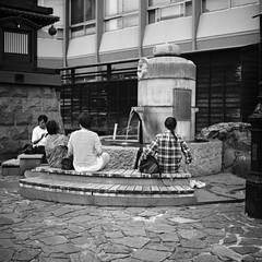 Dōgoyunomachi, Matsuyama, Shikoku, Japan (КлементГ) Tags: 日本 松山市 japon nihon matsuyama shikoku yashicamat124 yashica moyenformat 6x6 blackwhite noirblanc analog argentique street fontain bath bains