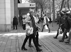 Hamburg  Mitte. Mnckebergstrasse. (fipixx) Tags: road street people urban living leute outdoor strasse hamburg streetscene menschen environment leisure everyday humans strassenszene alltag gesellschaft strassen strassenleben urbanarte lebenswelt