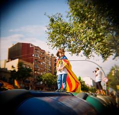 Via Lliure - 11 setembre 2 (JordiTrenzano) Tags: barcelona street color colour film analog streetphotography via diana catalunya dianaf streetshot analogic lliure filmphotography