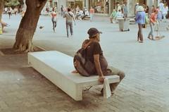 (Implosion VoidListica) Tags: calle venezuela caracas analoga arbol tronco descanso banca blanco escoba personas periodico prensa