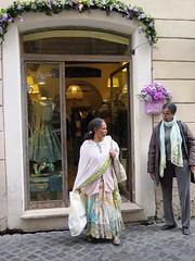 la moda in vetrina e la moda su strada (giòvanna) Tags: roma ottobrateromane vetrina viadelgovernovecchio moda abiti look outfit