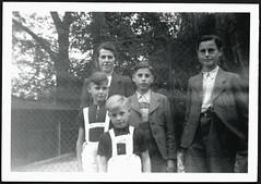 Archiv B566 Söhne und Mutter, 1940er (Hans-Michael Tappen) Tags: archivhansmichaeltappen kleidung woman children child 1940er 1940s outfit braces shirts brille glasses frisuren haircut deutscherkoppelschnitt koppelschnitt koppelhaarschnitt