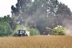 Erntezeit II (jda_ue) Tags: landwirtschaft bauer ernte trecker uelzen weizen mhdrescher weizenfeld weizenernte erntezeit ballenpresse