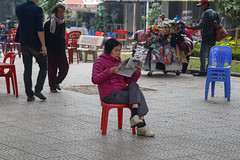 A Vietnamese Lady Reading the Newspaper on Street - Hanoi, Vietnam (silkylemur) Tags: canon asia southeastasia vietnam fullframe hanoi canoneos asean indochina 6d vitnam   wietnam vitnam  hni   canonef24105mmf4lisusm  efmount     vietnamas hanoihanoi canon6d      cnghaxhichnghavitnam  ngnam canoneos6d      azjapoudniowowschodnia   vijetnam  mainlandsoutheastasia      ef ef eos6d ef ef  eos6d hnuis      maritimesoutheastasia
