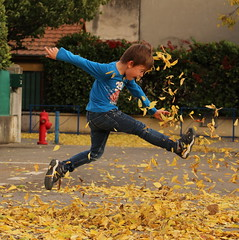 Automne (leblondin) Tags: enfant energie children jeux jouer feuilles jaunes playing jump courir running