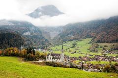 Blick auf die Kirche in Lungern (Alexander Burkhardt) Tags: lungern kirche obwalden schweiz alpen landschaft herbst farbe wolkig