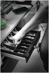 Metiendo la mano en la caja (patosincharco) Tags: mano caja dinero