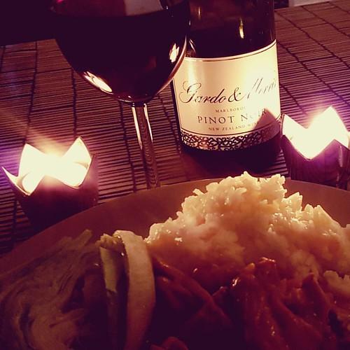 Kycklinggryta och en svinbra Pinot från @gardomorriswines. Funkar.