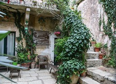 Erice courtyard (nican45) Tags: 09092016 18270 18270mm 18270mmf3563diiivcpzd 2016 9september2016 canon dslr eos70d erice italia italy middleages slr september sicilia sicily tamron courtyard house medieval plant steps stone