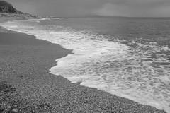 Mojndome los pies B&N (Desde mi Fujifilm) (SerChaPer) Tags: fujifilmx100t monochrome monocromo blackandwhite blancoynegro playa beach ocano ocean arena sand espuma foam ceuta