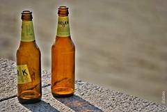 Pareja en la playa (Franco DAlbao) Tags: francodalbao dalbao nikond60 pareja couple dos two botellas bottles vacas empty cerveza beer keler18 cristal glass