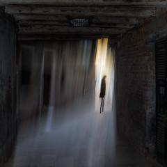 Silhouette (zventure,) Tags: venise venice venisesept2016 ruelle venelle silhouette aube square septembre flou filé