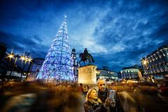 Christmas selfie (dmelchordiaz) Tags: dmelchordiaz sol madrid spain christmas selfie night colours people tree light blue sky movil samyang canon 14mm 14 wide angle manual speed slow km