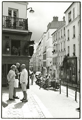 Montmartre (Tamakorox) Tags: street light shadow bw france film japan canon japanese fuji kodak tmax iso400 f1 montmartre 日本 aris 光 影 analoguecamera 日本人 喜び