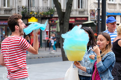 Lviv cotton candy in Ukrainian colors (Carsten Bartmann) Tags: blue yellow azul flag lviv ukraine amarillo gelb national bandera cottoncandy blau ukrainian lvov fahne flagge farben ukraina ukrajina zuckerwatte  ucraina lemberg   helbing  nationalcolors ucrnia nationalfarben  ukrayna  ucrana       welwowie
