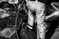 Nettoyage des filets (vedebe) Tags: bw noiretblanc netb monochrome humain people pche pcheur filets mer poisson provence port ports rue street travail bateaux ville urbain city