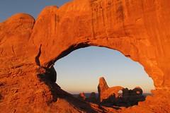 Meditieren bei Sonnenaufgang (Flugechse) Tags: archesnationalpark utah northwindow turretarch sunrise sonnenaufgang
