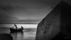 storie di mare (Angelo Trapani) Tags: mare barche pescatri reti pesca mediterraneo tirreno remi acqua paesaggio persone people lavoro palermo molo diga porto