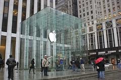 """Carl in New York """"Apple Store"""" (1317x anges.) (Carl-Ernst Stahnke) Tags: usa newyork apple computer logo manhattan applestore fifthavenue besucher kubus glaskasten zugang betriebssystem"""