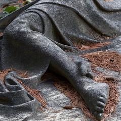 Legs of stone (Aramisse) Tags: cimiteromonumentaledimilano milano milan italie italia italy europe cemetery cimetire friedhof cimitero death mort femme woman jambe leg foot pied fall automne automn stone pierre