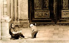 La mendicante e il suo bambino (gianclaudio.curia) Tags: bianconero blackwhite calabria cosenza persone pellicola kodaktrix kodak rodinal