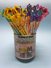 Bobby & Kate 1981 Ribbon Pencils with Pencil Holder (My Sweet 80s) Tags: pencilholder tinholder pencils coloredpencils pencilwitheraserontop pencilcap lapis matita eraser gommine contenitore barattololatta 1981 bobbykate madeinjapan portapenne cartoleriaanni80 80sstationery vintagestationery ibbonpencils
