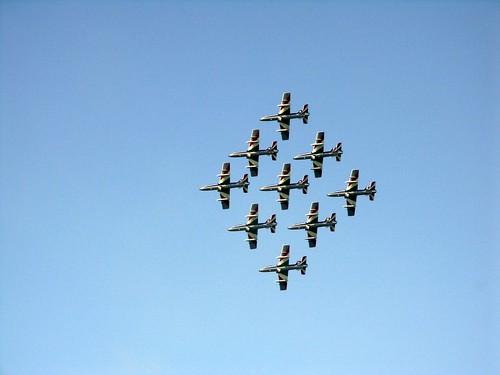 aerei su cielo azzurro in formazione sotto