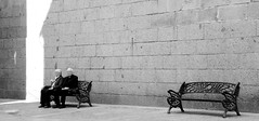 Una pausa para la caminata espiritual (Gabriel Navarro Carretero) Tags: pareja streetphotography segovia bancos streetphoto descanso