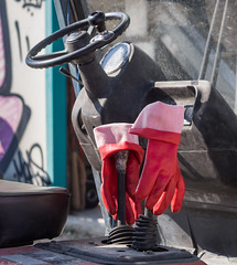 PA271654 Hands on.jpg (JorunT) Tags: oktober truck hellas hst 2015 rdt nikiti hansker olivenolje olivenpresse
