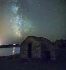 le poste de garde et la voie lactée (fubu.flemm) Tags: france bretagne maison nuit étoile argenton voielactée