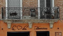 le coeur des hommes -  human hearts (serial n N6MAA10816) Tags: rue street desaturation balcon fentre window