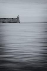 (nuriapase) Tags: blancinegre blackandwhite monocromatique monocrom mar sea water aigua far lighthouse colliure rosselló france nature autumn otoño cel sky cielo minimalist minimalista