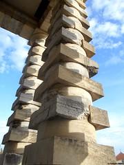 PPP44-un dur labeur-colonne de la saline royale d'Arc-et-Senans-DSCN2614 (pepito2551) Tags: labeur architecture maçonnerie colonne pierre nikoncoolpixs2800 usineindustrielle