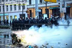 Proteste gegen Neonaziaufmarsch in Leipzig - Südvorstadt - Connewitz - 12.12.2015 - Leipzig - le1212 IMG_8587 (PM Cheung) Tags: leipzig demonstration sachsen proteste südvorstadt hooligans npd neonazis barrikaden csgas wasserwerfer nationalismus schlagstock krawalle rassismus naziaufmarsch gegendemonstration connewitz tränengas ausschreitungen sternmarsch südplatz htwk räumpanzer christianworch karlliebknechtstrase pmcheung pomengcheung lotharkönig facebookcompmcheungphotography dierechte pegida legida mengcheungpo silviorösler 12122015 leipzigconnwitz thügida offensivefürdeutschland leipzigbleibtrot protestfürfriedenundvölkerfreundschaft davidköckert gegenlinkenterrorunddielinkediktatur le1212