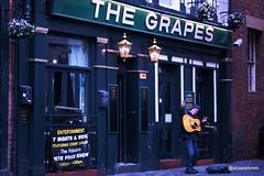 Happy Grapes (@acastellonm) Tags: liverpool england uk unitedkingdom reino unido mathewstreet mathew street calle people gente thebeatles beatles thegrapes grapes life happy contento cantante singer
