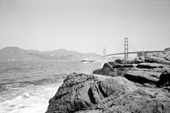 Golden Gate from Baker beach (•Nicolas•) Tags: 400iso america amérique analog bw film fp4 holidays ilford nb nicolasthomas olympusmjuii pellicule sanfrancisco vacances goldengate bridge pacific ocean pacifique pont plage beach rock rocher waves vagues california californie usa