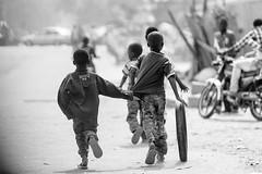 Jeux d'enfants (DeGust) Tags: africa street portrait blackandwhite bw monochrome niger blackwhite kid child noiretblanc profile streetphotography scene nb ne westafrica enfant westafrika noirblanc afrique ner   niamey   scnes scne  afriquedelouest  tillaberi    niksilverefexpro2